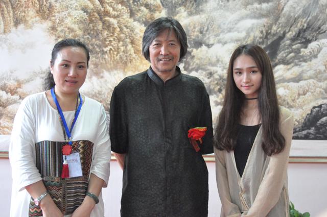 外联部主任宁文艳与参展艺术家陈克永合影